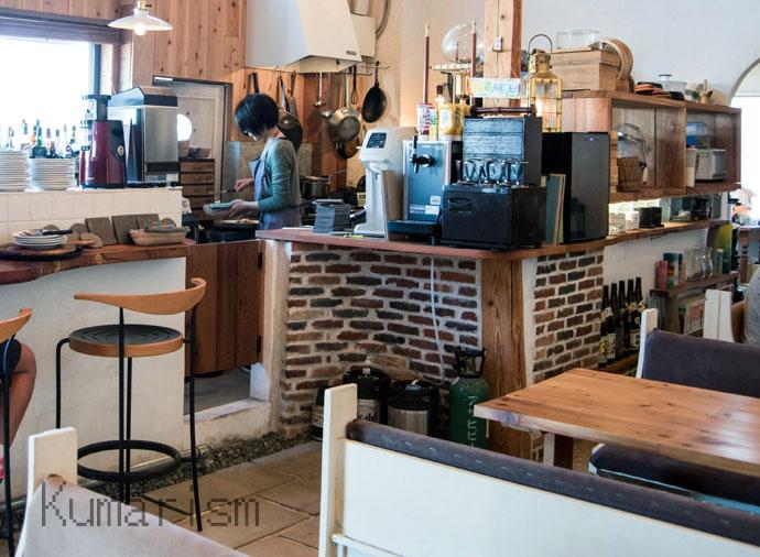 松島町会津のCafe&Bar Marcoのカウンターとキッチン