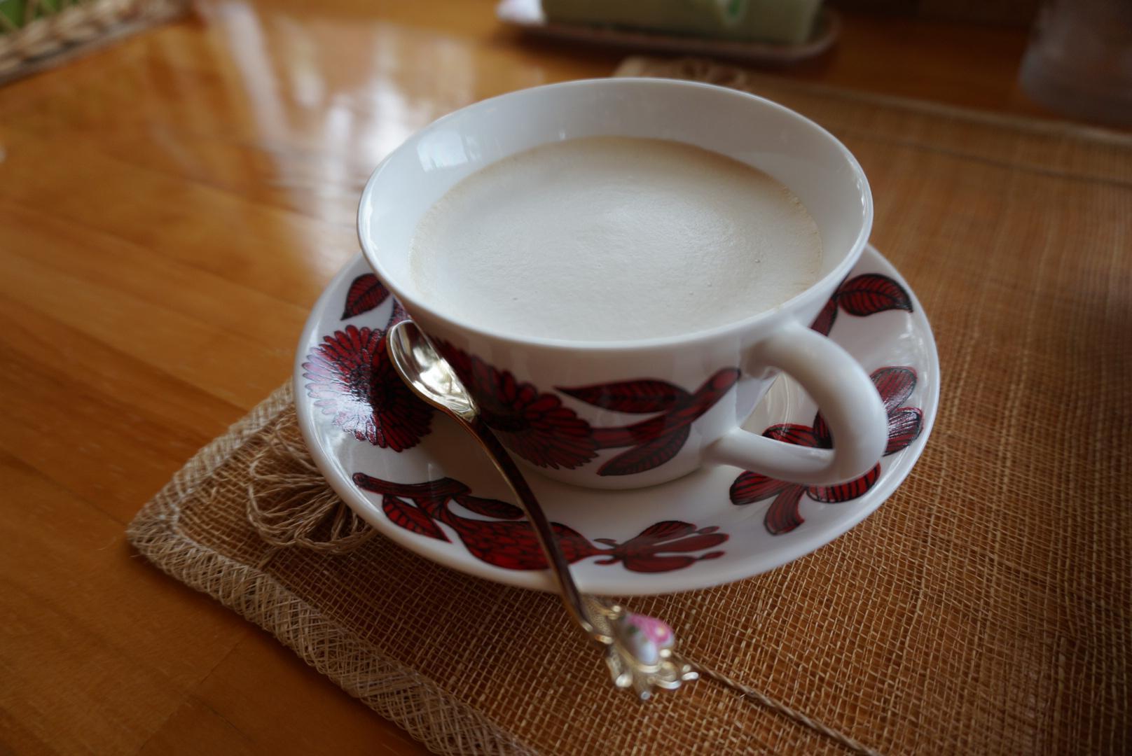 上品でおしゃれな柄のコーヒーカップ