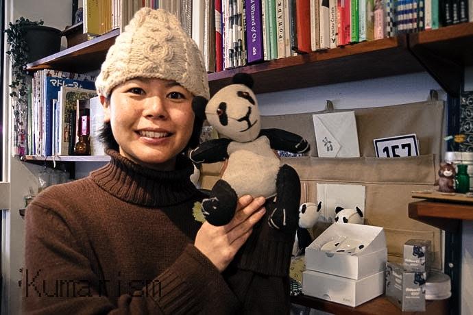 店主の伊牟田さんとオリジナルデザインのパンダ部長