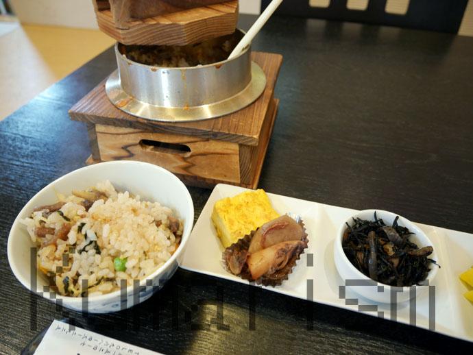 證明の馬生姜釜飯と小鉢