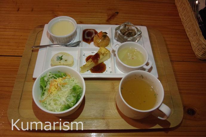 セットについているサラダ、スープ、6種類のオードブルプレート