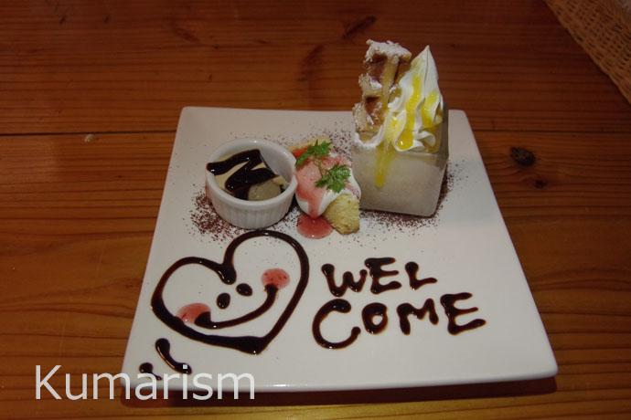 """セットについているデザート。チョコレートソースで描かれたハートのイラスト&""""welcome""""の文字がとてもキュート♪"""