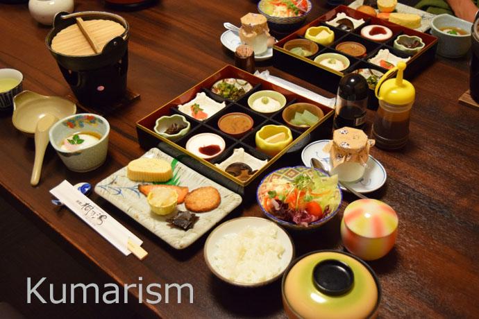 桐の湯さんの朝食。豊富な品数で、お腹も心も満たされます。