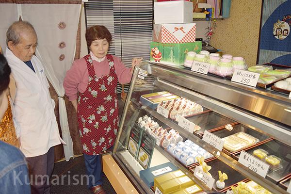 和菓子がショーケースに並んでいます