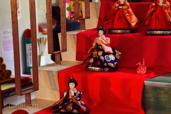 階段に並ぶひな人形
