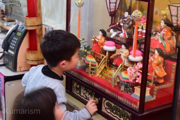 ひな人形を見る子どもたち