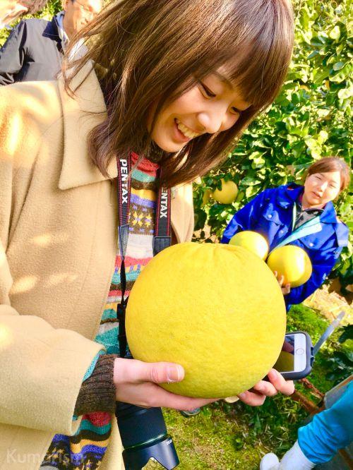 晩白柚を抱えた写真