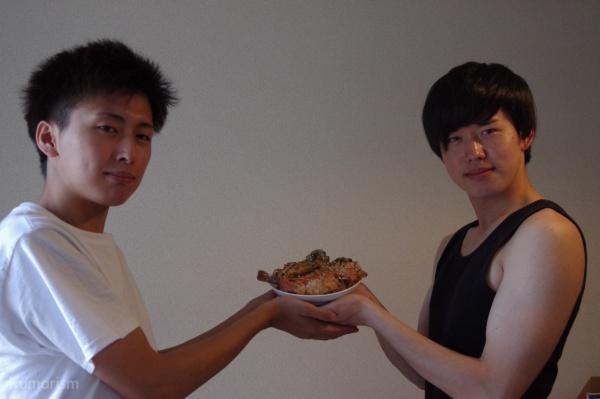 料理を手にする2人