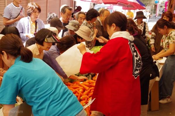 100円の野菜を求める人々