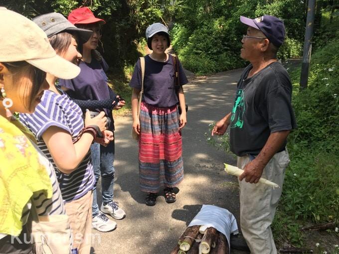 村民の方と話すメンバー