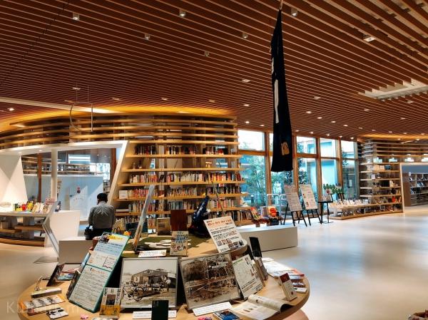 菊池市中央図書館の内装